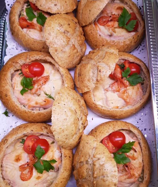 Petits pains garnis coquillages et poissons